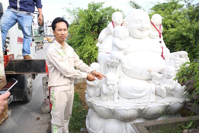 Cẩu trộm tượng đá Phật Di Lặc mang về nhà để thờ