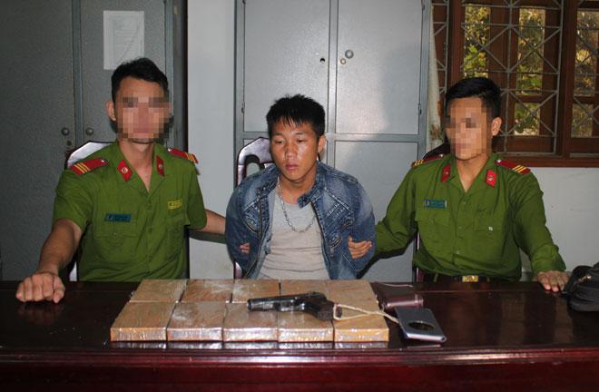 Cuộc vây bắt kẻ mang súng và 10 bánh heroin trong rừng Nậm Nhoóng