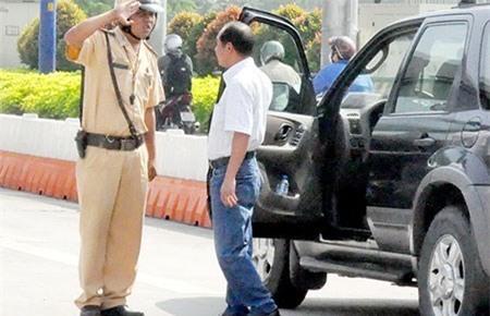 Ai được quyền dừng xe và xử phạt vi phạm giao thông?